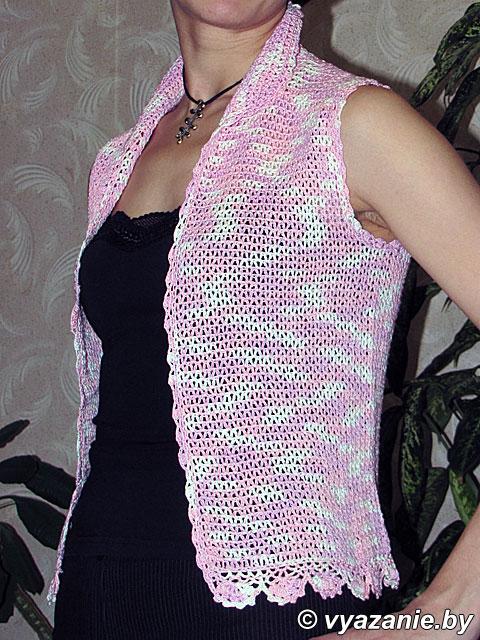 Модный вязаный жилет для девочки.